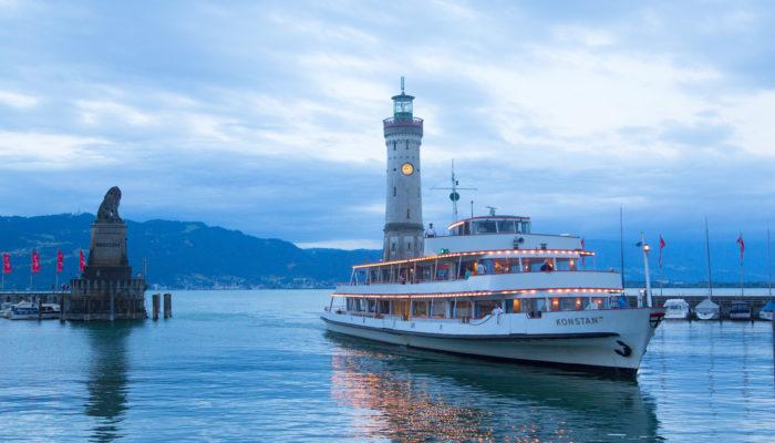 Hafeneinfahrt mit Schiff_Fotocredit_Achim Mende_Lindau Tourismus